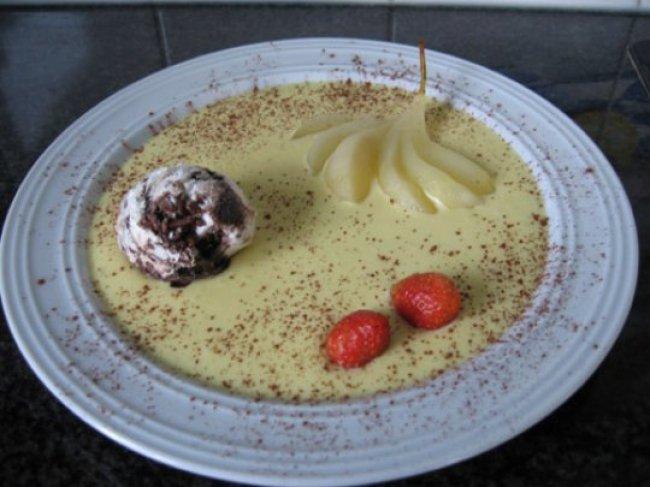 Gepocheerde peer met witte chocoladecrème en ijs 1