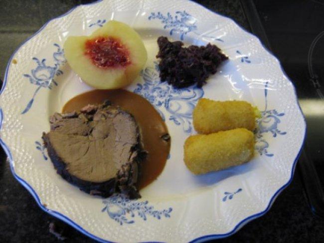 Reebout metternich met poivradesaus, rode kool en appel 1