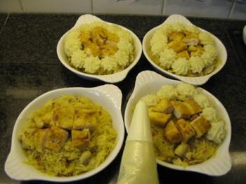 Gemarineerde gevogeltefilets met zuurkool en aardappelpuree onder deegkorst. 4