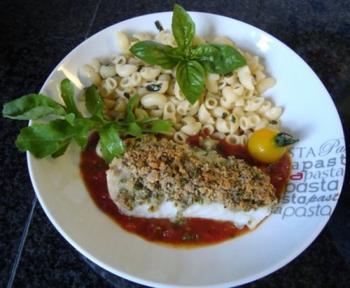 Kabeljauwhaasje met crumble, deegwaren en tomatensaus 4