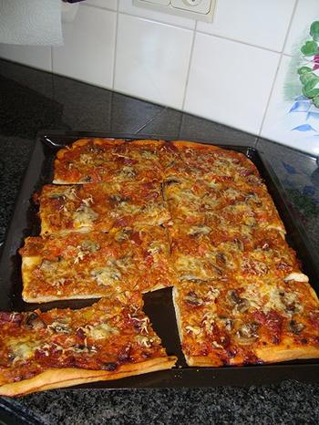 Pizza met gehakt, tomaten en champignons 10