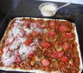 Pizza met gehakt, tomaten en champignons 5