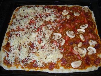Pizza met gehakt, tomaten en champignons 6