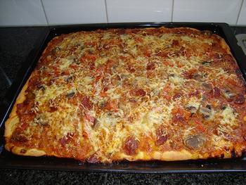 Pizza met gehakt, tomaten en champignons 9