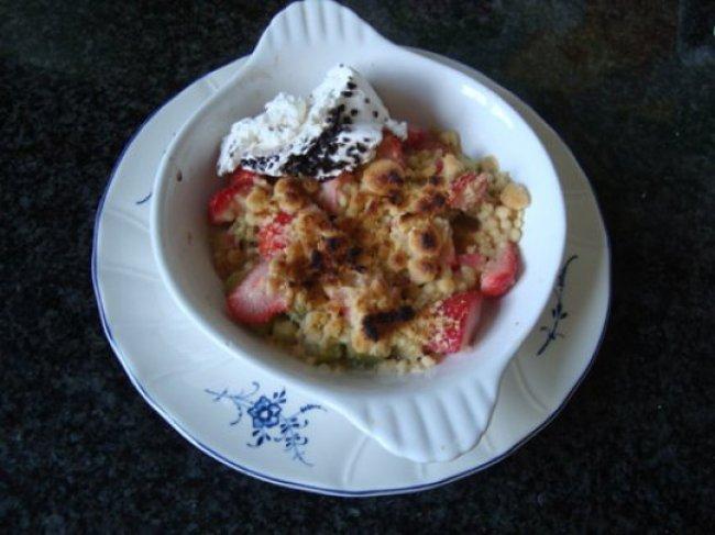 Aardbei en rabarber crumble met ijs 1