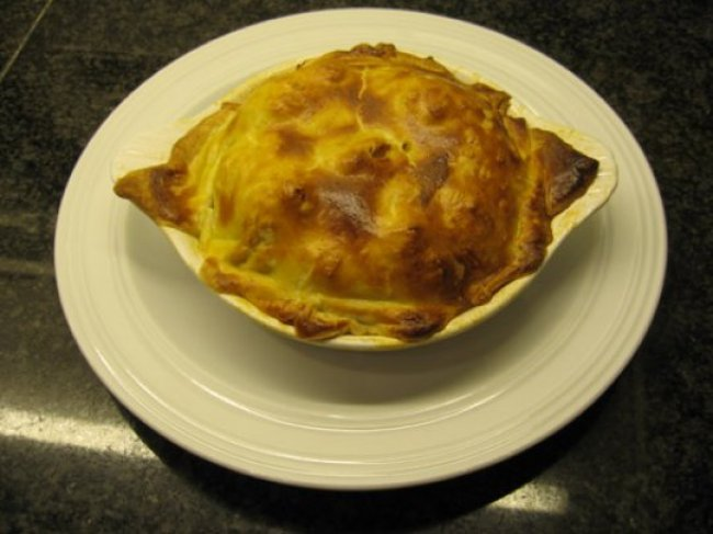 Gemarineerde gevogeltefilets met zuurkool en aardappelpuree onder deegkorst. 1