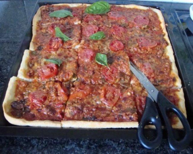 Pizza met gehakt, tomaten en champignons 1