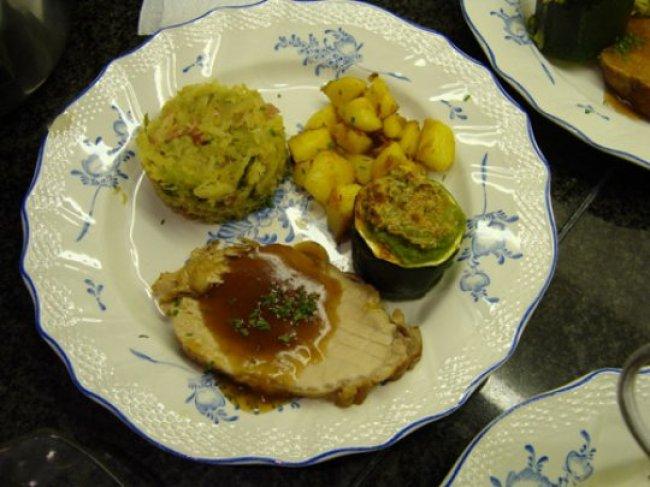 Varkensgebraad met witte kool, gevulde courgette en gebakken spekaardappelen 1