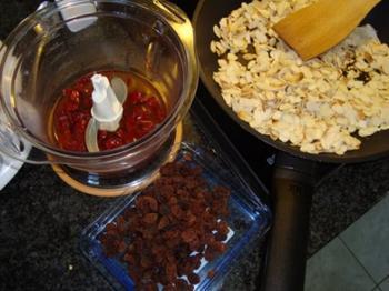 Mexicaanse pikante chocoladesaus of mole coloradito met kip 3
