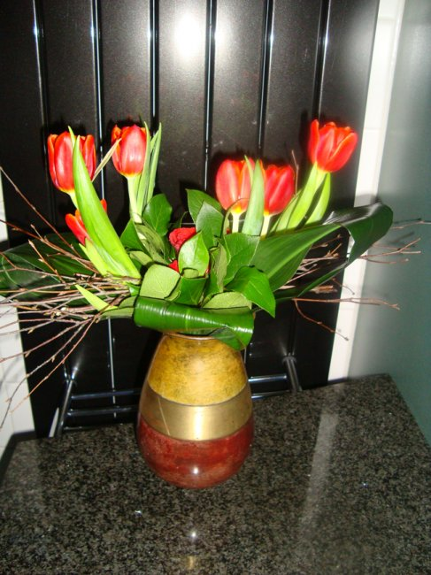 Lineaire schikking met tulpen , bloemschikken , boeketten  u2022 Gette