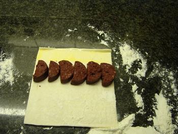 Hapjes van schilferdeeg met bloedworst en appelmoes 3