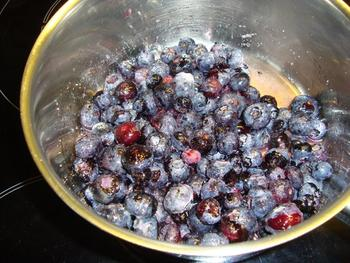 Mascarponemousse met witte chocolade en blauwe bessen of bosvruchten 2