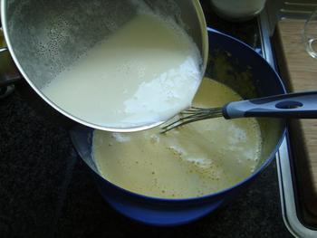 Pasteibakker of banketbakkersroom met fruit en schuim 3