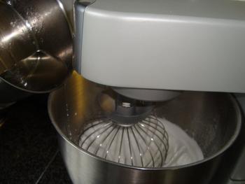Pasteibakker of banketbakkersroom met fruit en schuim 8