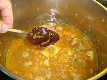 Potje van varkensstoofvlees en wortelen 6