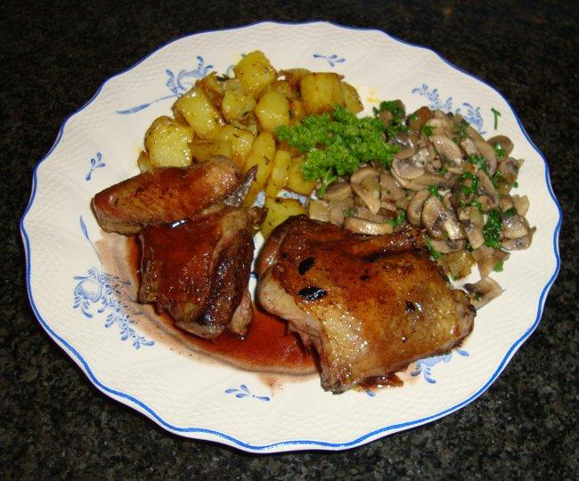 Duif met paddenstoelen, portsaus en oven gebakken aardappelblokjes 1