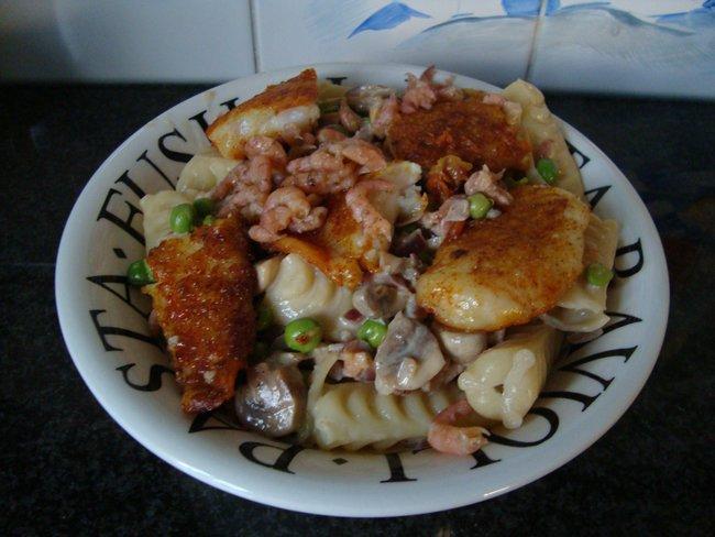 Festonati pasta of andere deegwaren met visfilets, garnalen en champignons 1