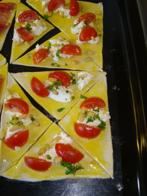 Schilferdeeg gebakje met verse geitenkaas en kerstomaatjes 1