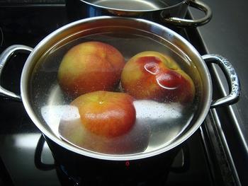 Pêche Melba of gepocheerde perziken met frambozensaus en vanille ijs 5
