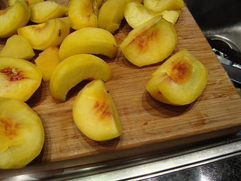Pêche Melba of gepocheerde perziken met frambozensaus en vanille ijs 6
