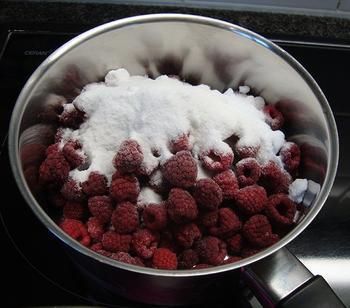 Pêche Melba of gepocheerde perziken met frambozensaus en vanille ijs 8
