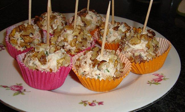 Truffel van kruidenkaas, garnalen en noten 1