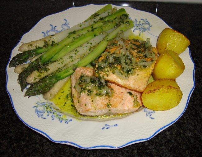 Zalmfilet gebakken op velkant met asperges en kruidenbotersaus 1