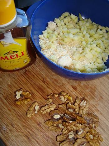 Blader- of schilferdeeghapje met appel, walnoten, Parmezaanse kaas en honig 2