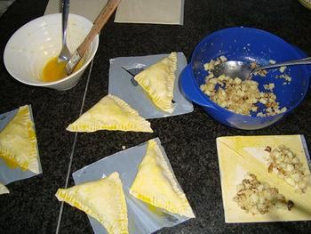 Blader- of schilferdeeghapje met appel, walnoten, Parmezaanse kaas en honig 3