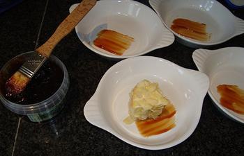 Met amandelschilfers gepaneerde kaas en gebakken peer 4