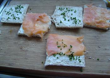 Mini broodjes met smeerkaas, gerookte zalm en bieslook 2
