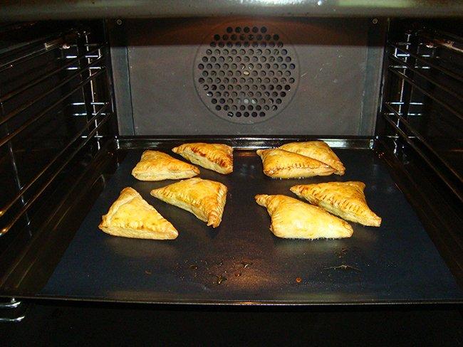 Blader- of schilferdeeghapje met appel, walnoten, Parmezaanse kaas en honig 1