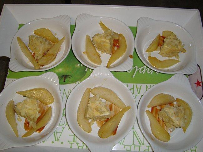 Met amandelschilfers gepaneerde kaas en gebakken peer 1
