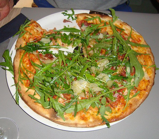 Pizza met Parma ham en rucola 1