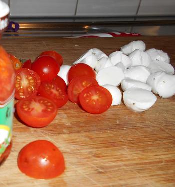 Pasta met mozzarellaparels, rode pesto en kerstomaatjes 4