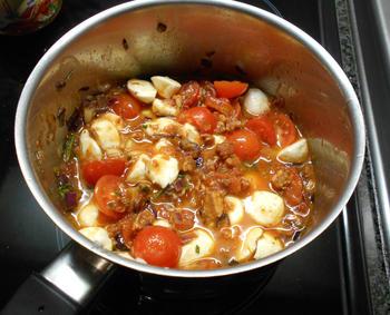 Pasta met mozzarellaparels, rode pesto en kerstomaatjes 5