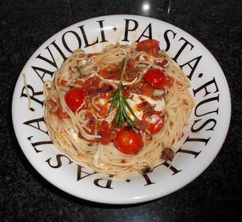 Pasta met mozzarellaparels, rode pesto en kerstomaatjes 6