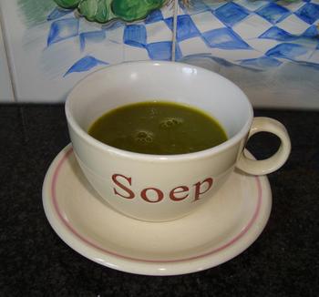Pompoensoep met groene blaadjes van radijsjes in de thermomix 6