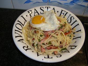 Spaghetti met spek, spiegelei en kaassaus 7