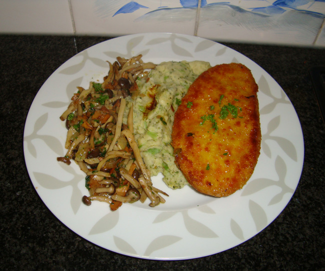 Gepaneerde kalkoenfilet met broccolipuree en gemengde paddenstoelen 1