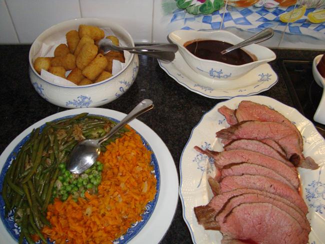 Langzaam gegaarde rosbief met groentekrans, rode wijnsaus en aardappelkroketten 1