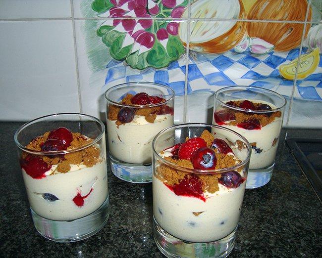 Mascarpone met speculaas en fruit in een glaasje 1