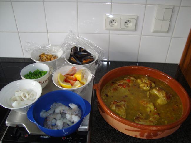 Paella of rijstschotel met konijn en zeevruchten 1