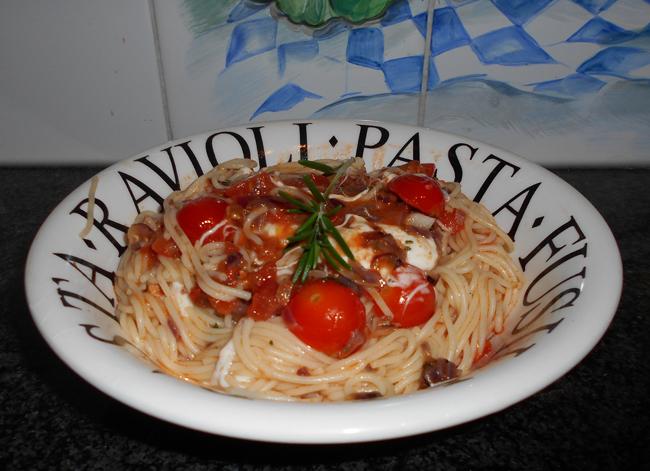 Pasta met mozzarellaparels, rode pesto en kerstomaatjes 1