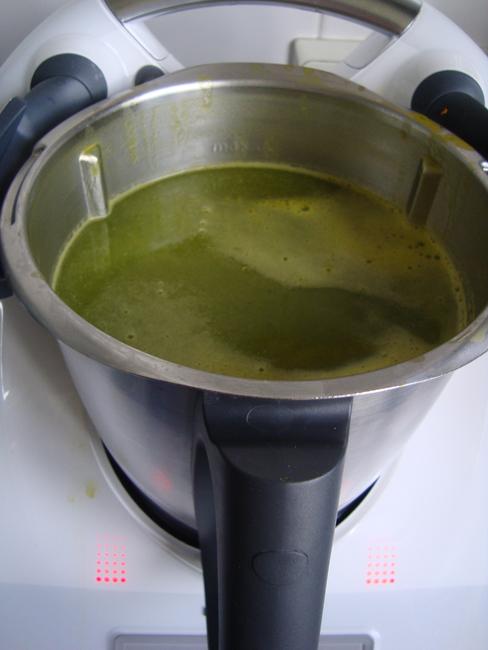 Pompoensoep met groene blaadjes van radijsjes in de thermomix 1
