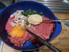 Duitse biefstuk of rundergehakt met witloof in kaassaus 2