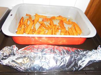 Gebakken, zoete aardappelen met vis in papillot en champignons 8