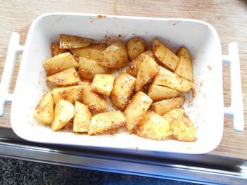 Gemarineerde varkensribbetjes met aardappeltjes in de oven 3
