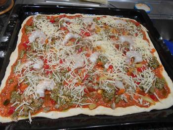 Pizza met geroosterde paprikasaus en zeevruchten 6