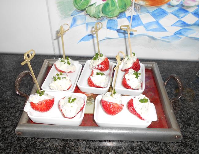 Aardbeienhapje met kruidenkaas 1